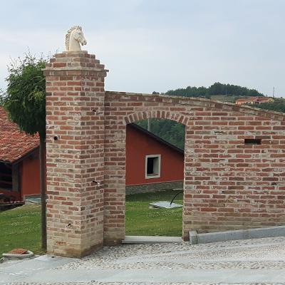 Ingresso e pilastri in mattoni a vista